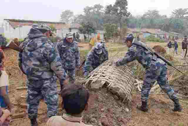 दशगजा क्षेत्रका अवैध संरचना प्रहरीले भत्कायो