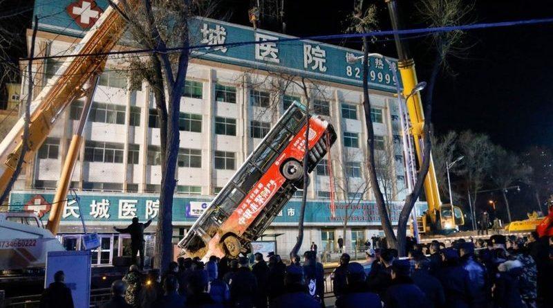 चीनमा सडकको खाल्डोमा बस खस्दा छ जनाको मृत्यु