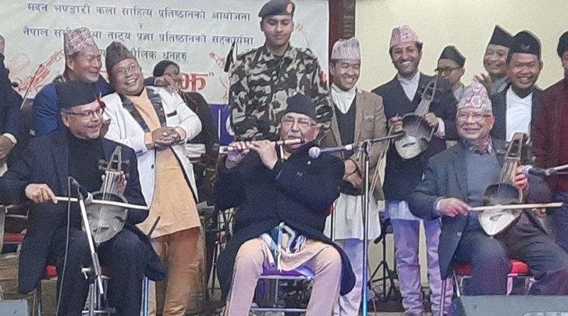 केपी ओली बाँसुरी बजाउने, खनाल र नेपाल सारंगी रेट्ने