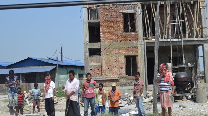 झापामा लकडाउन: भारतीय मजदुर नेपालमा आएर भकाभक घर बनाउँदै