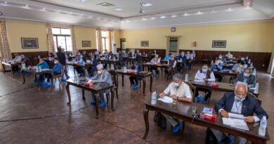 नेपाल कम्युनिष्ट पार्टी (नेकपा)को काठमाडौमा जारी स्थायी कमिटीको बैठकमा आज २१ जना सदस्यहरूले आफ्नो भनाई राख्नुभएको छ । आजको बैठकमा समेत हिजो देखि जारी नेपाल र भारत बीच रहेको सिमा समस्या समाधान बारेमा नै छलफल भएको र नेताहरुले बोल्ने क्रम अझै बाँकी रहेको नेपाल कम्युनिष्ट पार्टी नेकपाका प्रवक्ता नारायणकाजी श्रेष्ठले जानकारी दिनुभयो । आजको बैठकमा बोल्ने नेताहरूले नेपालको सम्पूर्ण भू–भाग समेटिएको नक्सा प्रकाशन र संविधान संशोधनमा देखिएको राष्ट्रिय एकतालाई कायम राख्दै सिमा सम्वन्धी सबै समस्या समाधानका लागि पहल गर्नुपर्नेमा जोड दिनुभएको प्रवक्ता श्रेष्ठले जानकारी दिनुभयो । आवाज ….. प्रवक्ता श्रेष्ठले दिनुभएको जानकारी अनुसार आजको बैठकमा देवेन्द्र पौडेल, सुरेन्द्र पाण्डे, सुवास नेम्वाङ, जनार्दन शर्मा, गिरीराजमणी पोखरेल, टोपबहादुर रायमाझी, रधुजी पन्त, सत्यनारायण मण्डल, युवराज ज्ञवाली, नन्दकुमार प्रसाईँ, लेखराज भट्ट, प्रदिप ज्ञवाली, मणी थापा, घनश्याम भुषाल, शक्ति बस्नेत, योगेश भट्टराई, बामदेव गौतम, पृथ्वीसुब्वा गुरूङ, ईश्वर पोखरेल, विष्णुपुकार श्रेष्ठ, र पुष्प कँडेलले आफ्ना भनाईहरु राख्नुभएको भयो । नेपाल कम्युनिष्ट पार्टी (नेकपा)को स्थायी कमिटीको बैठक असार १६ विहान ११ बजे पुनः बस्ने छ ।